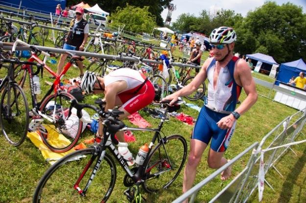 Depo 2 a rozhodčí už vidí moje zle zaháknuté kolo :) Foto: PragueTriathlon.com