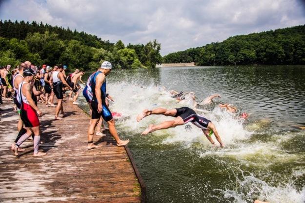Start z mola pro diváky atraktivní, pro mě spíš děsivej :) Foto: PragueTriathlon.com